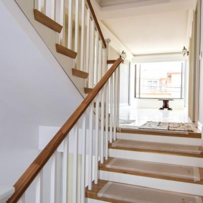2 scara cu balustrada lemn